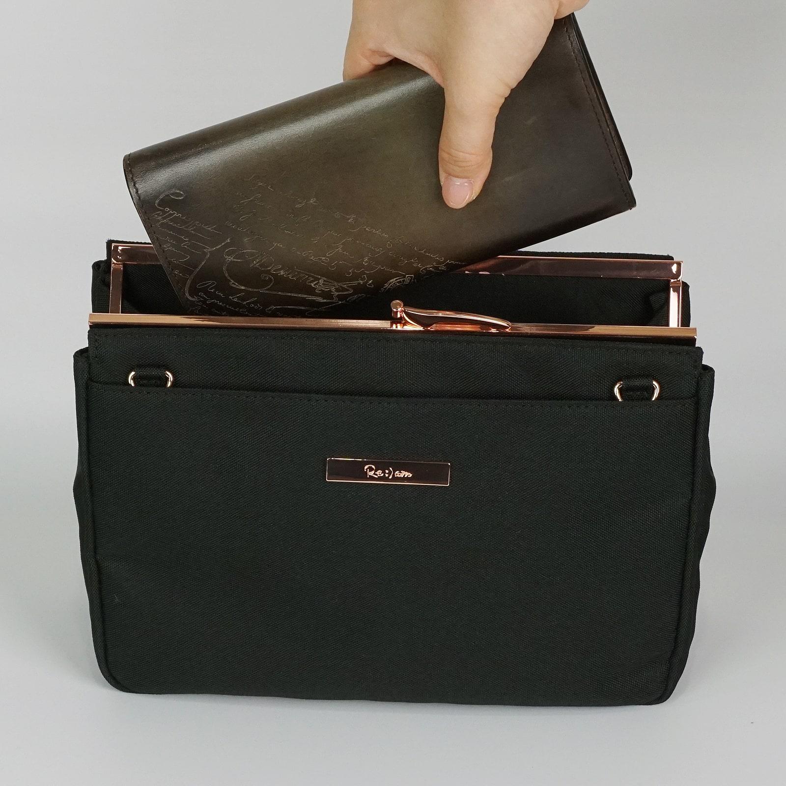 貴重品の長財布がストレス無く入る
